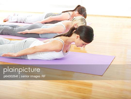 Drei Frauen machen Pilates  - p6430264f von senior images RF