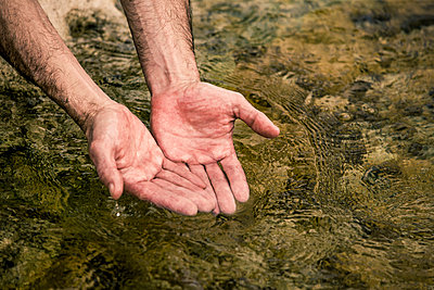 Hands of man cupping water - p555m1301838 by Jed Share/Kaoru Share
