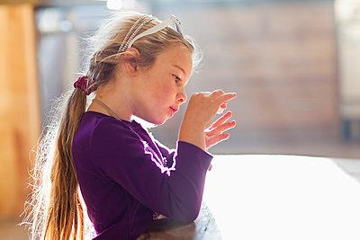 Caucasian girl putting in fingernail polish - p555m1478319 by John Lund/Marc Romanelli