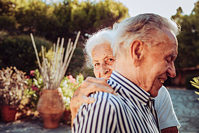Greece, Senior couple, portrait - p713m2283561 by Florian Kresse