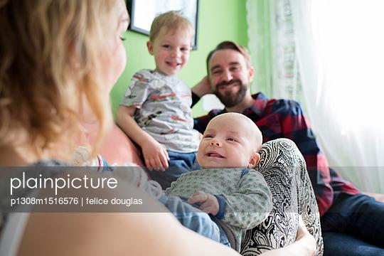 Mit Baby zuhause - p1308m1516576 von felice douglas