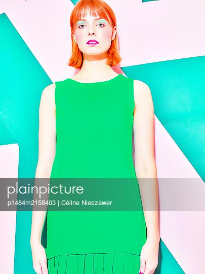 Woman wearing green dress - p1484m2158403 by Céline Nieszawer