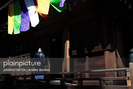 Japan,Kyoto Prefecture, Kyoto, Monk entering Buddhist temple - p300m2166134 by Andrés Benitez