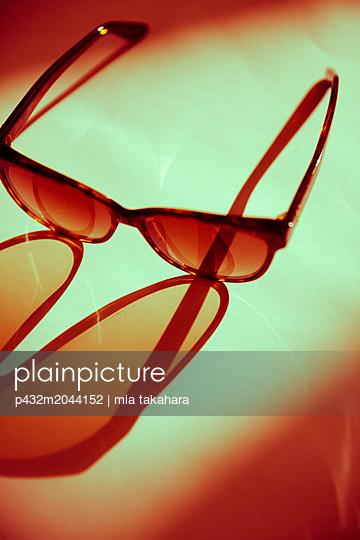Sonnenbrille auf dem Tisch - p432m2044152 von mia takahara