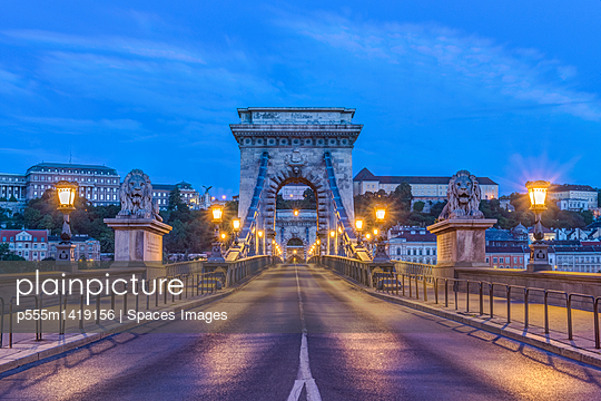 Lion statues and illuminated streetlamps along Chain Bridge, Budapest, Hungary - p555m1419156 by Spaces Images