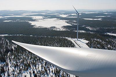 Windkraftanlagen im Schnee - p1079m1042375 von Ulrich Mertens
