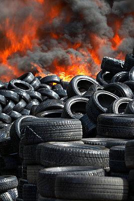 Germany, Hamburg, Burning tires - p300m879487 by Tom Hoenig