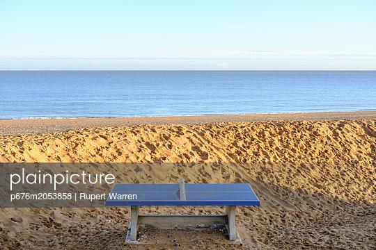 Tischtennis am Strand - p676m2053858 von Rupert Warren