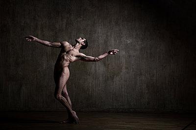 Naked dancer - p1139m2216289 by Julien Benhamou