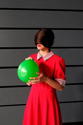 Frau in rotem Kleid - p1521m2081619 von Charlotte Zobel