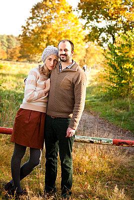 Paar im Herbst - p904m740422 von Stefanie Päffgen