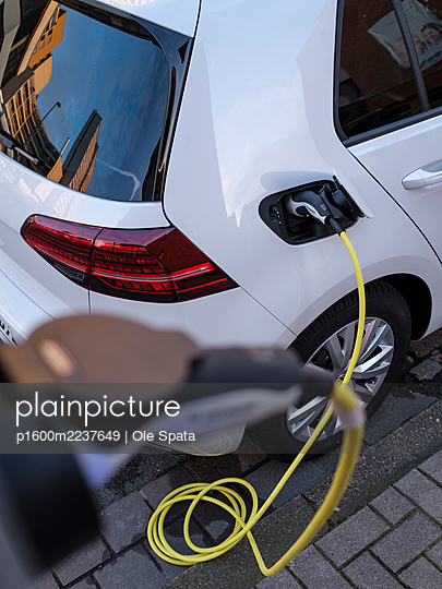 Electric car gettig charged at an charging station - p1600m2237649 by Ole Spata