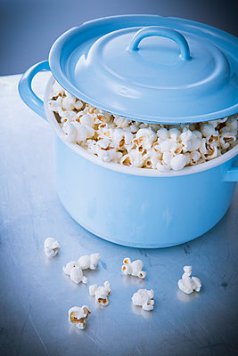 Popcorn quillt aus Kopftopf - p1149m1550329 von Yvonne Röder