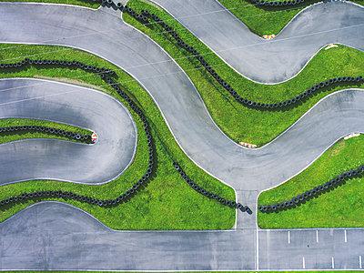 Aerial view of go-kart track - p300m1575153 von Michael Malorny