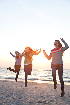 Three girls jumping - p981m952218 by Franke + Mans