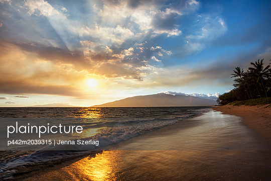 A sunset view with soft water from North Kihei; Maui, Hawaii, United States of America - p442m2039315 by Jenna Szerlag