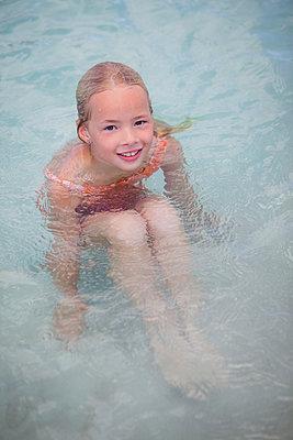 Mädchen plantscht im Wasser - p045m2007852 von Jasmin Sander