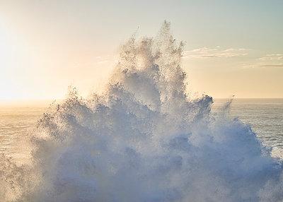 Welle in Nazaré - p1124m1200915 von Willing-Holtz