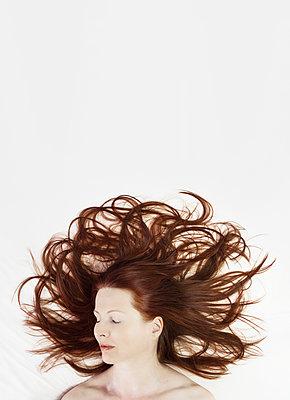 Portrait einer schlafenden Frau - p1574m2147973 von manuela deigert