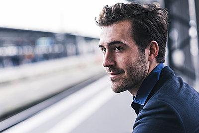 Young businessman waiting at station platform - p300m1563336 by Uwe Umstätter