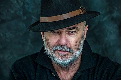 Portrait of senior man with hat - p300m2154888 by Frank Röder