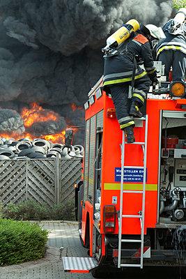Germany, Hamburg, Fire brigade operation - p300m879486 by Tom Hoenig