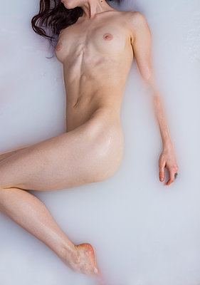 Naked woman in bubble bath - p427m2063100 by Ralf Mohr