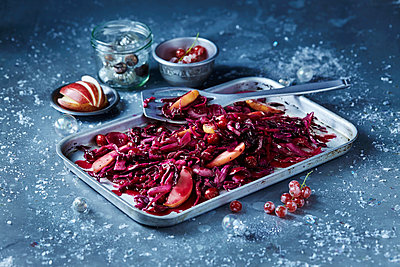 Roasted red cabbage and sliced apple in baking tin, seasonal Christmas food - p429m2068678 by Danielle Wood