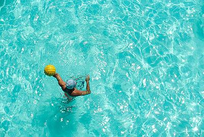 Man in swimmingpool - p4692670 by Felix Oppenheim