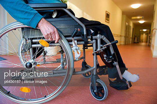 Senior im Rollstuhl  - p6430157 von senior images