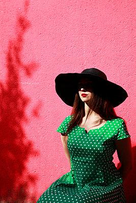 Woman wearing hat - p1105m2086552 by Virginie Plauchut