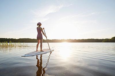Stand up Paddle auf dem See - p464m1574251 von Elektrons 08