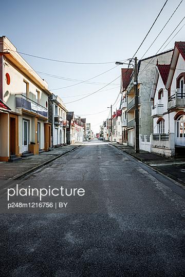 Straße einer Französischen Kleinstadt - p248m1216756 von BY