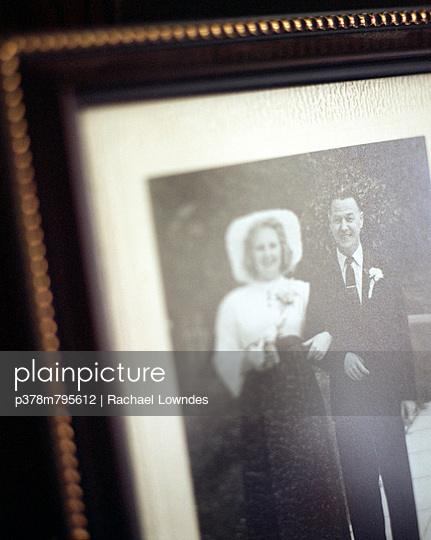 Father and daughter photograph - p378m795612 by Rachael Lowndes