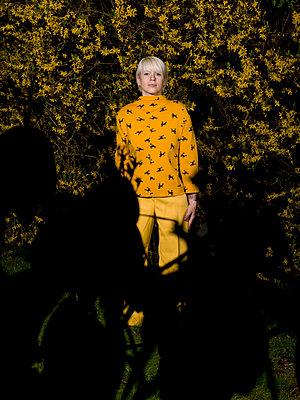 Frau vor Forsythie - p1279m1172614 von Ulrike Piringer