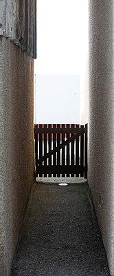 Schmaler Durchgang - p1560m2216059 von Alison Morton