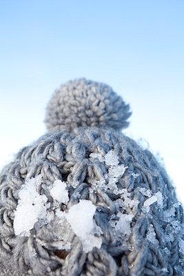 Woollen hat with snow on it - p4541200 by Lubitz + Dorner