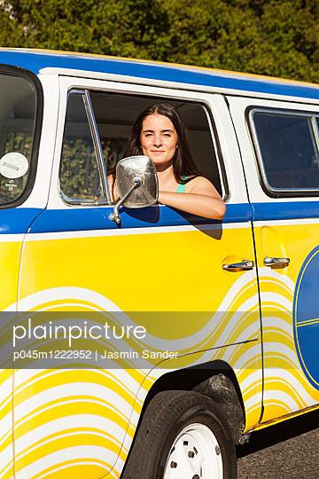 Frau im VW-Bus unterwegs - p045m1222952 von Jasmin Sander