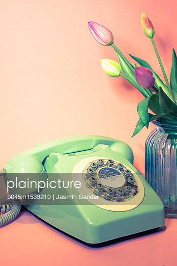 Retrotelefon neben Tulpen - p045m1539210 von Jasmin Sander