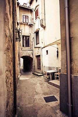Croatia, Lovran, passageway in the old town - p300m1130018f von Annie Hall