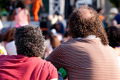 Curly hair couple - p940m851849 by Bénédite Topuz