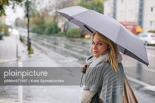 Junge Frau mit Regenschirm  - p586m971597 von Kniel Synnatzschke