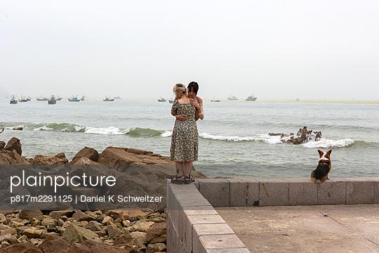 Lesbian couple embraces on the promenade - p817m2291125 by Daniel K Schweitzer