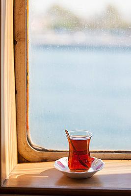 Tee trinken auf Schiff - p045m1492257 von Jasmin Sander