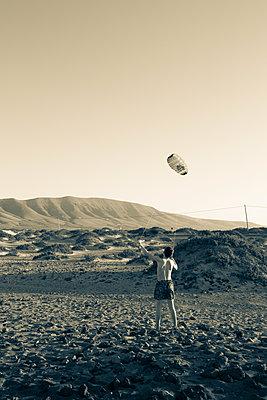 Boy playing with a kite - p1682m2260721 by Régine Heintz