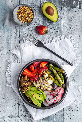 Veggie bowl with quinoa, vegetables, feta, strawberries, avocado, pine nuts and cress - p300m2103780 von Sandra Roesch
