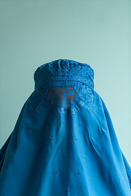 Young woman wearing Burka - p427m2092573 by Ralf Mohr