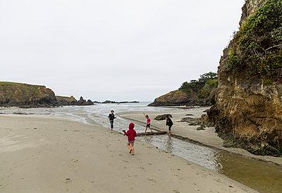 Children playing on the beach - p756m1464786 by Bénédicte Lassalle