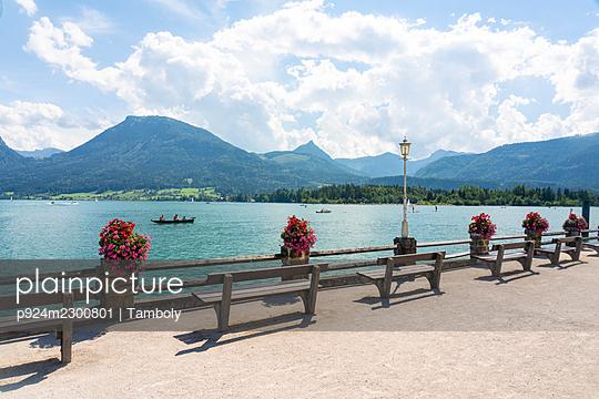 Austria, St. Wolfgang im Salzkammergut, Promenade at Wolfgangsee - p924m2300801 by Tamboly