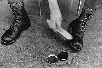Soldat putzt seine Schuhe - p1418m1571662 von Jan Håkan Dahlström
